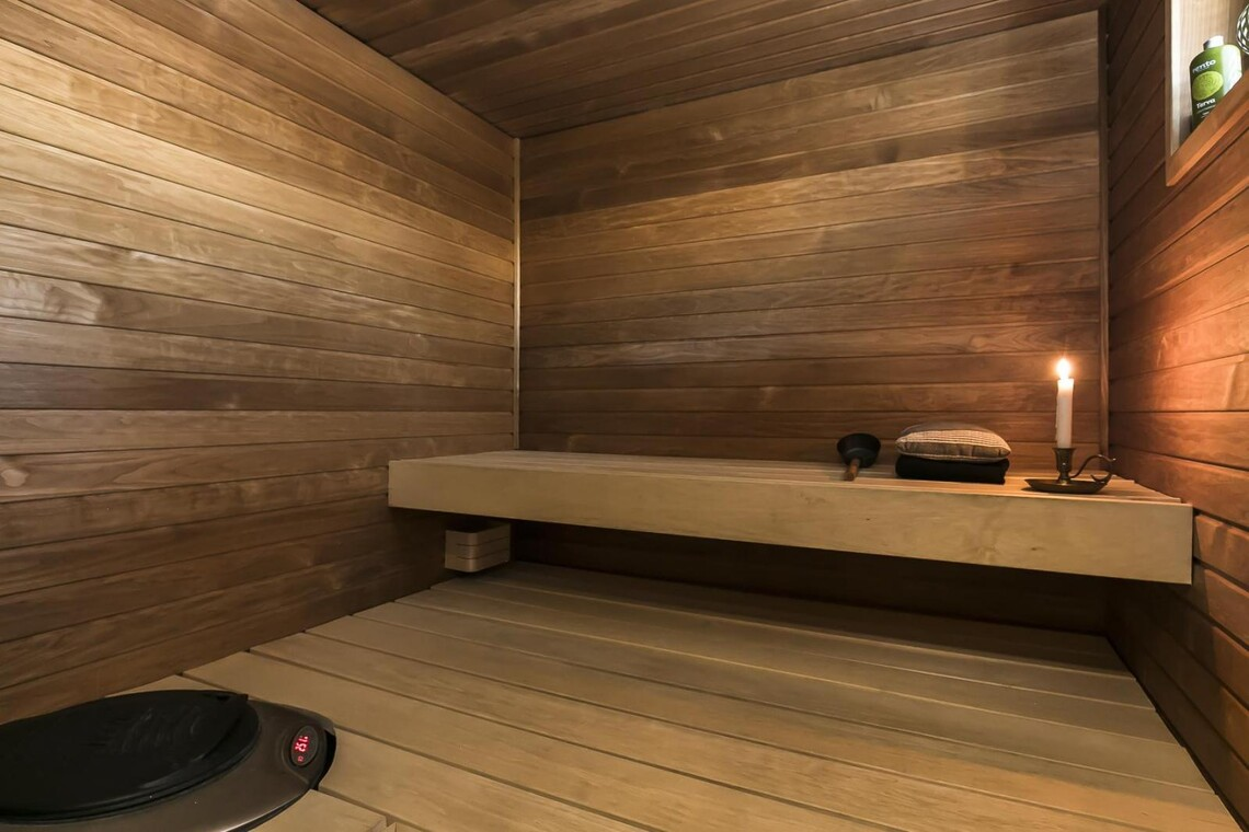 Tunnelmallinen sauna tasolauteilla
