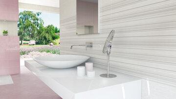 Kiiltäväpintaiset kuviolaatat antavat moderniin kylpyhuoneeseen valoisan vaikutelman