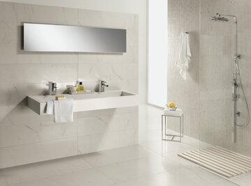 Luonnonvalkoisten laattojen ajaton marmoria muistuttava pinta viimeistelee kylpyhuoneen jalon ilmeen