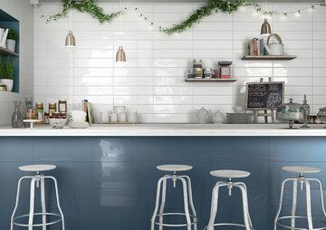 Kauniin aaltoileva ja kiiltävä seinälaatta elävöittää keittiön sisustusta