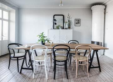 Erilaisia tuoleja voi yhdistellä kauniiksi kokonaisuudeksi