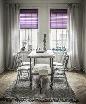 Säväyttävän violetti vekkikaihdin vaimentaa valoa