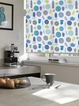 Pastellivärein keittiöteemalla kuvitettu rullakaihdin on kaunis lisä keittiöön