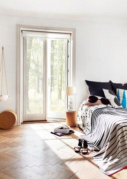 Mustavalkoiset tekstiilit ja graafiset kuviot makuuhuoneen sisustuksessa