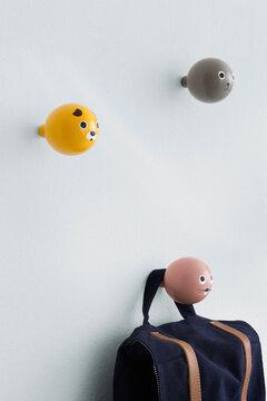 Suloiset, käsinmaalatut eläinhahmot naulakoissa koristavat lastenhuoneen seinää