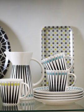 Astiasarjan skandinaavinen tyyli korostuu täplien ja raitojen kuviossa sekä selkeässä muotoilussa