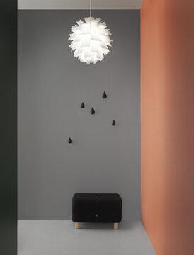 Moderni muotoilu korostuu selkeästi paljasta seinäpintaa vasten