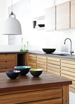 Modernin kodin selkeä, kauniin pelkistetty ilme toistuu keittiön kalusteista esineisiin