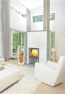 Vaalean, modernin kodin tilanjakajaksi sopii selkeälinjainen tulisija