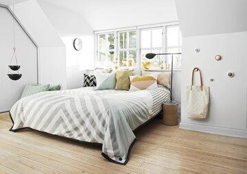 Pastellisävyillä ja graafisilla kuoseilla moderni ja värikäs makuuhuoneen sisustus