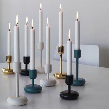 Kaunis muodostelma kynttiläjaloista talven trendikkäissä sävyissä