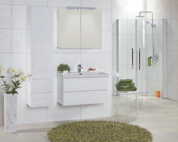 Puhtaan valkeat modernit kylpyhuonekalusteet