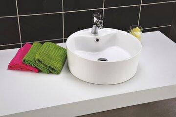 Sympaattisen pyöreämuotoinen pesuallas kylpyhuoneessa