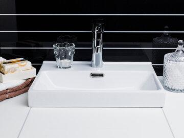 Selkeämuotoinen allas mukailee sopusuhtaisesti kylpyhuoneen linjakkaita piirteitä