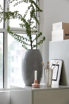 Kookas harmaa maljakko on selkeän kaunis ja kiinnostava yksityiskohta
