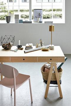 Modernin työhuoneen vaaleasävyinen sisustus