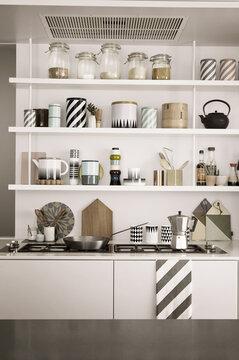 Keittiön kauneimmat esineet luovat avoimeen hyllytilaan tyylikkään kokonaisuuden