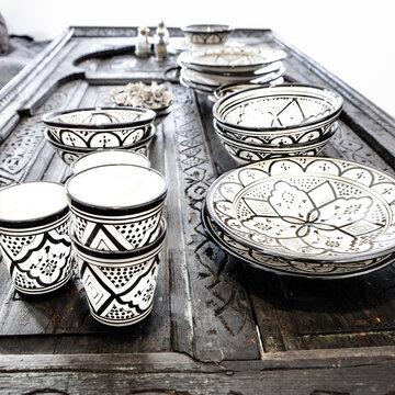 Kattaus kuntoon kauniin koristeellisilla astioilla