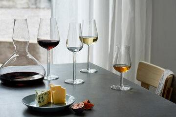 Elegantti viiniastiasto luo kauniin kattauksen
