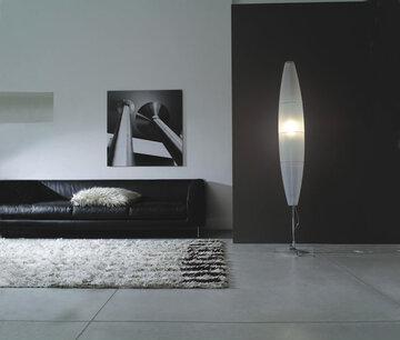 Näyttävä, moderni valaisin mukailee olohuonetilan kookkaita muotoja