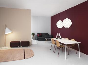 Selkeäpiirteinen ja lämminsävyinen olohuone- ja ruokailutilan sisustus