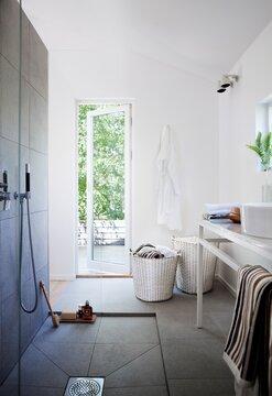 Kylpyhuoneen ja kodinhoitohuoneen kalusteita harkitusti samaan tilaan