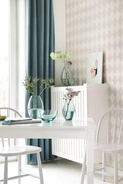 Valkeat ja lasiset pinnat luovat huonetilaan ilmavan ja tyynen tunnelman