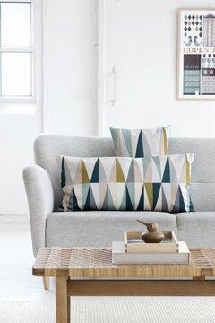 Hillittyä värikkyyttä skandinaaviseen olohuoneeseen