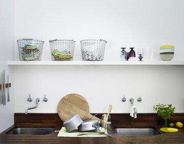 Kauniit tavarat pääsevät oikeuksiinsa keittiössä avohyllyillä