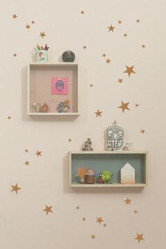 Seinustan koristeet ja säilytysratkaisut täydentävät lastenhuoneen sisustusta