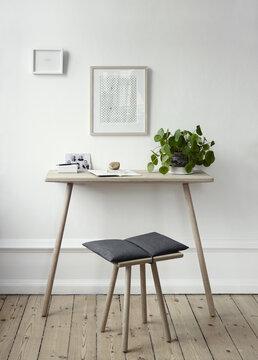 Työhuoneen sisustus yksinkertaisen tyylikkäillä kalusteilla