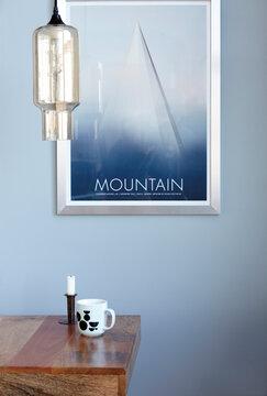 Tyylikkään valaisimen varjostin on valmistettu värjätystä lasista peilipinnalla
