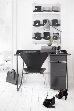 Työhuoneen tyylikäs sisustus mustan, harmaan ja valkoisen yhdistelmänä