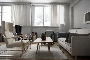 Olohuoneen sisustus klassisella skandinaavisella tyylillä ja sävyillä