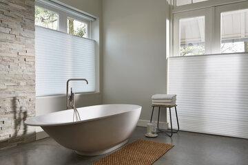 Vaalea ja valoisa kylpyhuoneen sisustus