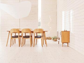 Ajattoman kauniit puukalusteet ruokailutilassa