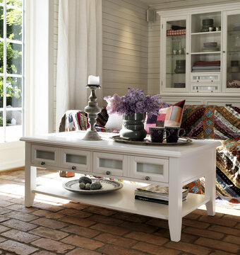 Klassinen sohvapöytä ja vitriinikaappi olohuoneessa