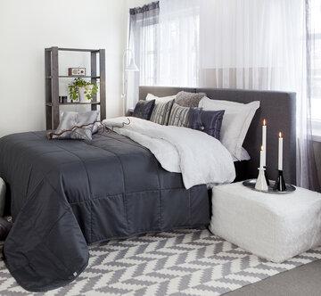 Rauhalliset valkoisen ja harmaan sävyt sopivat makuuhuoneeseen