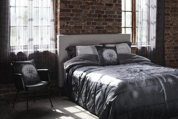 Runstaat tekstiilit ja rento petaus tuovat pehmeyttä makuuhuoneen sisustukseen