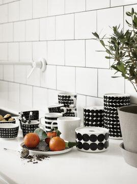 Kauniit astiat saavat olla esillä keittiön tasolla