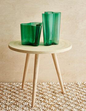Smaragdinvihreä Aalto-maljakko tuo väriä