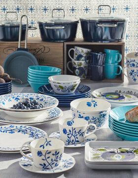 Kauniit sinivalkoiset astiat