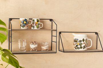 Kauniit astiat esillä seinähyllyssä