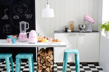 Smegin ihanat vaaleanpunaiset kodinkoneet keittiössä