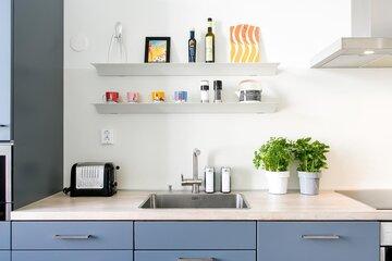 Avohyllyt tuovat kodikkuutta keittiöön