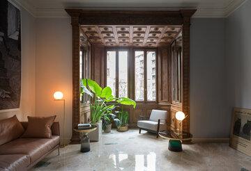 Tyylikäs valaisin toimii kauniina yksityiskohtana olohuoneessa