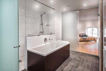 Kylpyhuoneosasto masterbedroomin yhteydessä