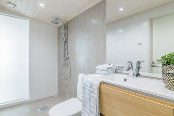 Mikrosementtiä ja maitolasiseinämä kylpyhuoneessa