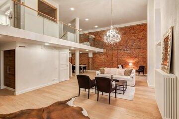 Hulppea huonekorkeus loft-kodin olohuoneessa