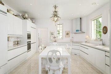Valkoinen moderni keittiö huokuu luksusta